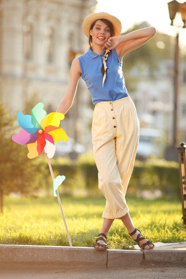 Смешная девушка на улице стоковая фотография