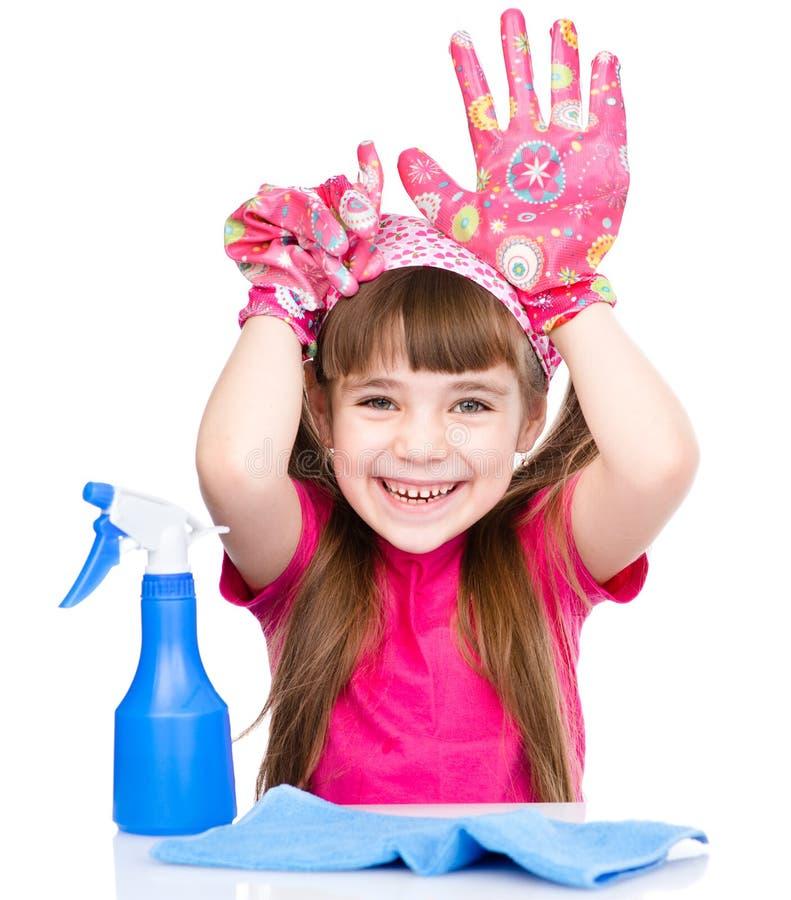 Смешная девушка с оборудованием для убирать дом Изолировано на белизне стоковые изображения