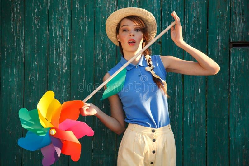 Смешная девушка с лопастью погоды стоковое изображение