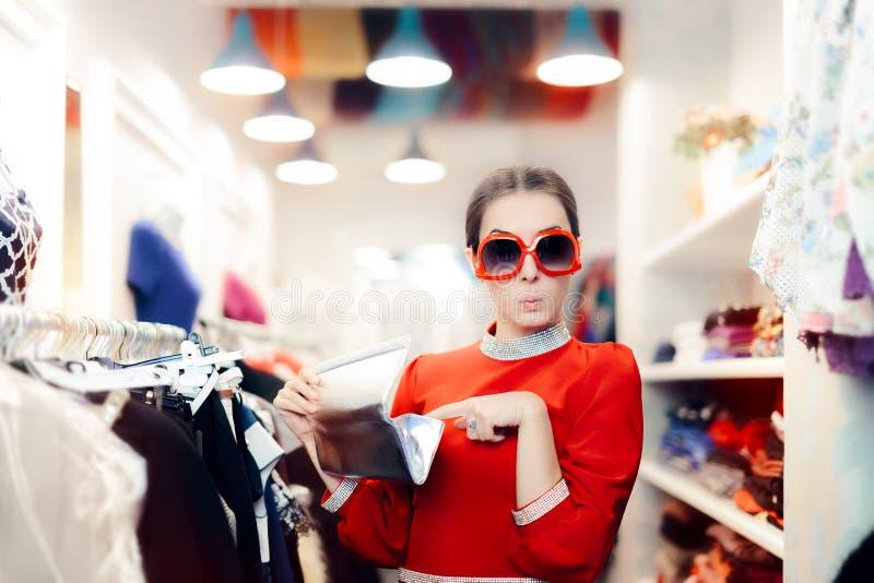 Смешная женщина с слишком большими солнечными очками и серебряной сумкой муфты стоковое изображение