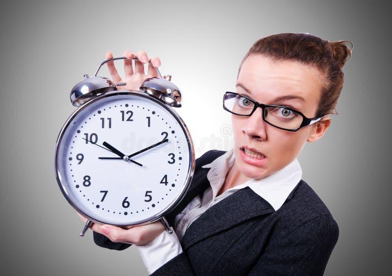 Смешная женщина с часами на белизне стоковые фотографии rf