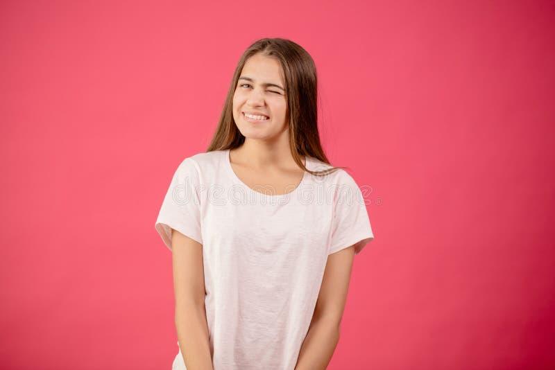 Смешная красивая девушка моргает глазу flirt footsie игры стоковая фотография