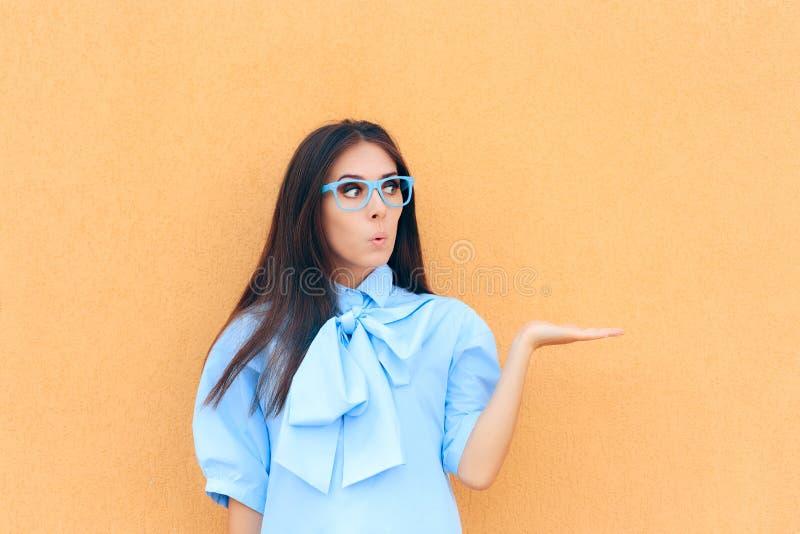 Смешная красивая удивленная женщина держа ее руку вверх для представления стоковые фотографии rf