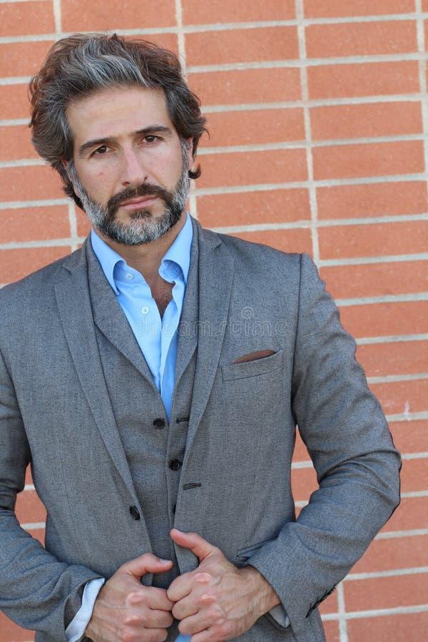 Смешная куртка казино джинсовой ткани vivant зрелого человека плейбоя и bon грабл нося и гаваиская рубашка стоя счастливый и увер стоковое изображение rf