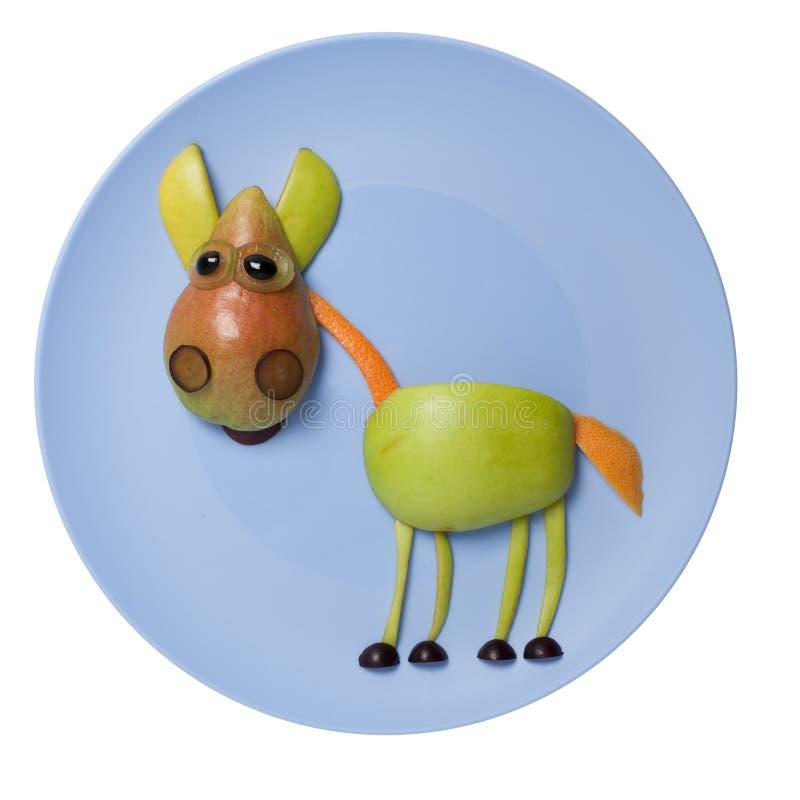 Смешная лошадь плодоовощ составленная на голубой плите стоковое изображение