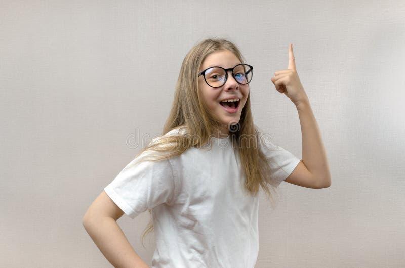 Смешная маленькая девочка кричит с утехой Разрешил проблему Поиск для идей Проницательность стоковая фотография