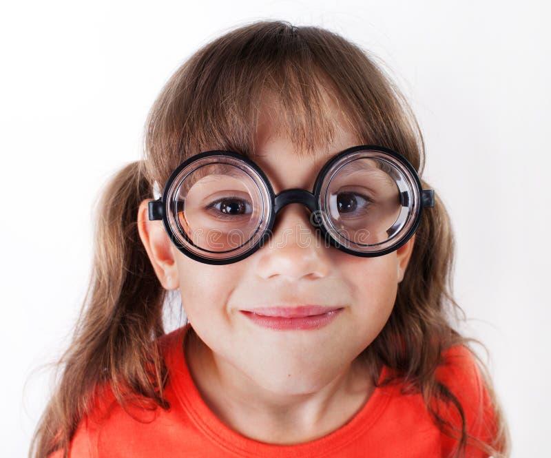 Смешная маленькая девочка в круглых стеклах стоковые изображения rf