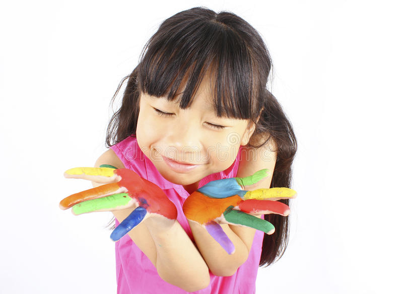 Смешная маленькая девочка при покрашенные руки стоковое изображение rf