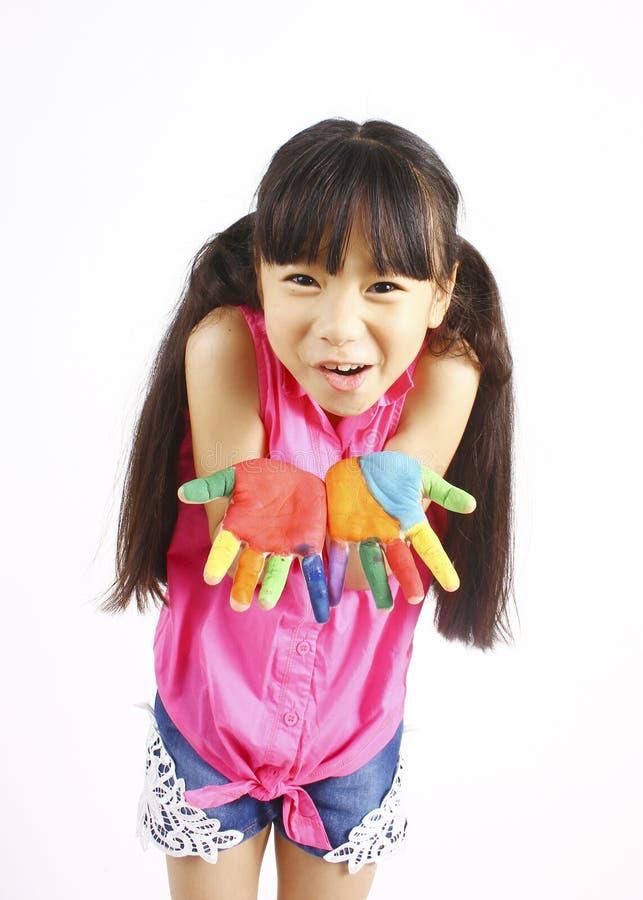 Смешная маленькая девочка при покрашенные руки стоковые изображения rf