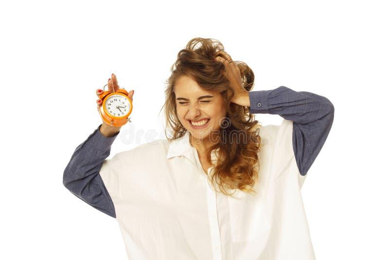 Смешная милая молодая женщина в круглых стеклах держа ее волосы вверх по ov стоковые изображения