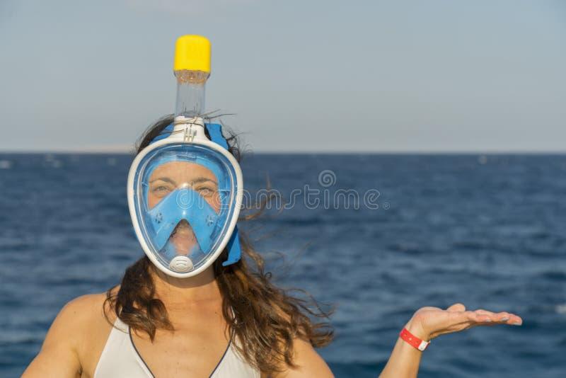 Смешная молодая женщина в маске для плавать на предпосылке моря Скопируйте spase Конец-вверх стоковое изображение