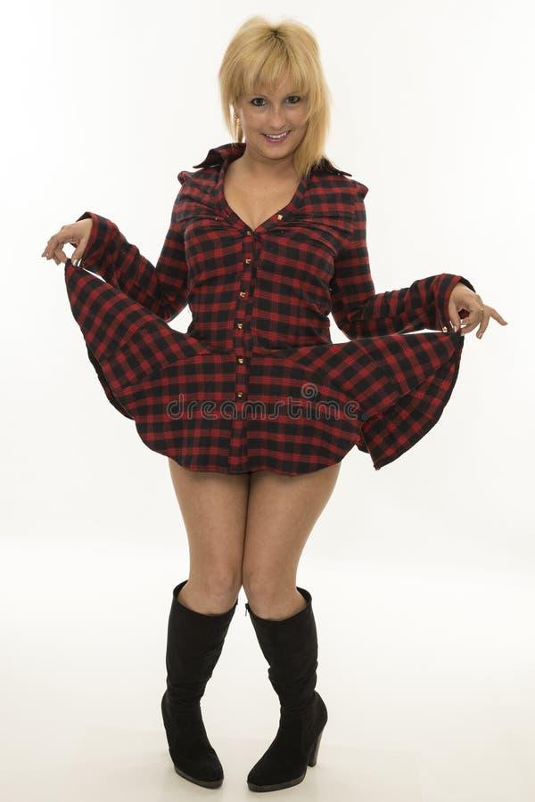Смешная молодая женщина поднимая ее платье стоковые изображения rf