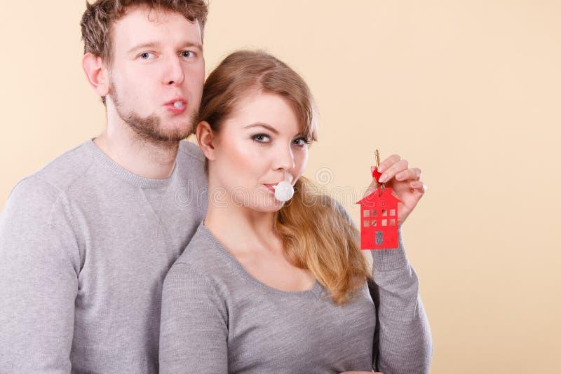 Смешная пара держит ключи к новому дому стоковые фото