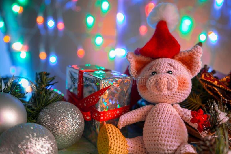 Смешная поздравительная открытка с Новым Годом 2019 Розовая свинья с шариками xmas и подарок на предпосылке с освещением стоковая фотография rf