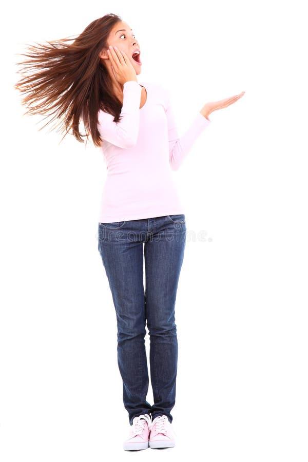 смешная представляя женщина продукта стоковая фотография rf