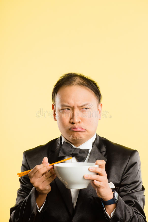 Предпосылка желтого цвета определения смешных людей портрета человека реальных высокая стоковое изображение rf