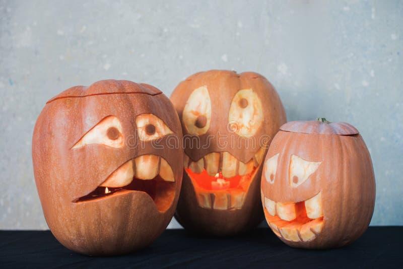 Смешная тыква 3 на хеллоуин на серой предпосылке стоковое изображение