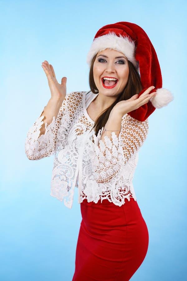 Смешная удивленная женщина в шляпе Санта рождества стоковые фото