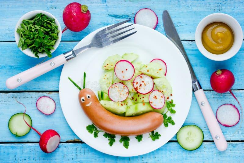 Смешная улитка сосиски с салатом овоща, идеей искусства еды стоковое фото rf
