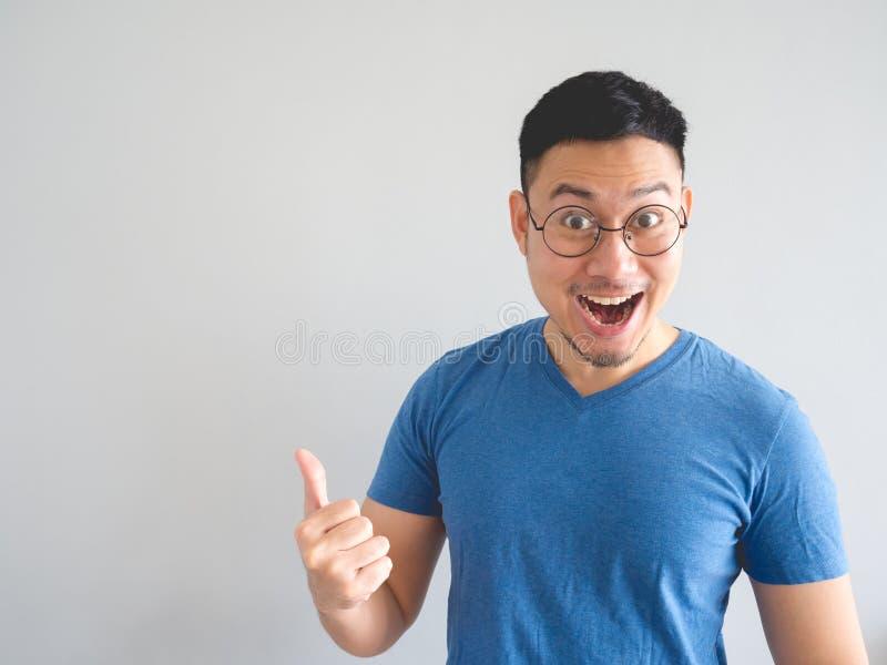 Смешная удивленная сторона азиатского человека стоковые изображения