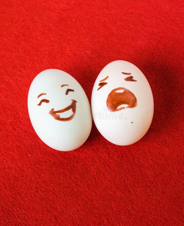 Смешная эмоция пасхи eggs на красном цвете, паре яичек влюбленности счастливой стоковое изображение