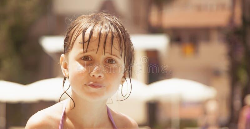 Смешное выражение лица меньшей милой девушки имея потеху после плавать Юмористический портрет счастливого ребенка стоковое фото rf