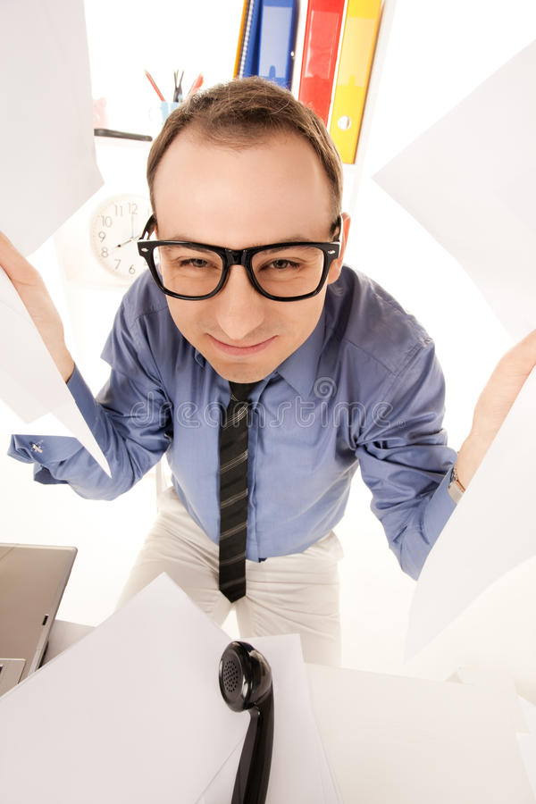 Смешное изображение бизнесмена в офисе стоковые фото