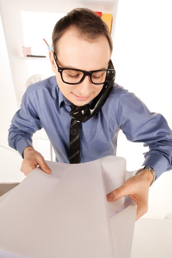 Смешное изображение бизнесмена в офисе стоковое фото