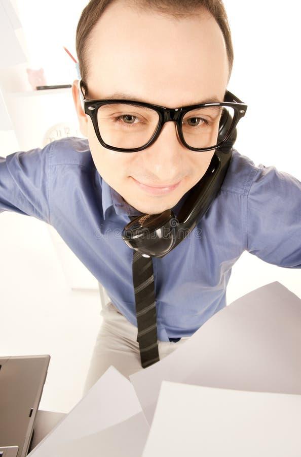Смешное изображение бизнесмена в офисе стоковые изображения