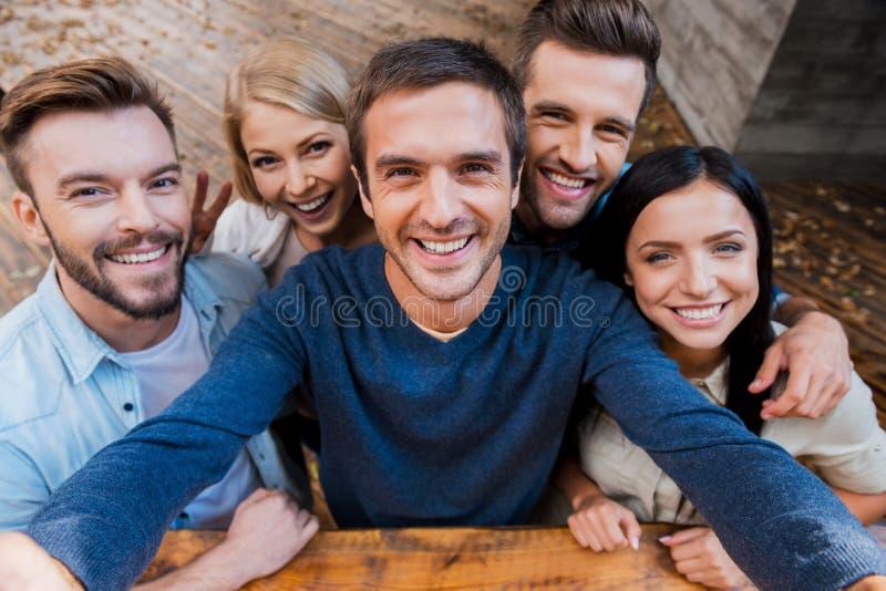 Смешное selfie с друзьями стоковое изображение rf