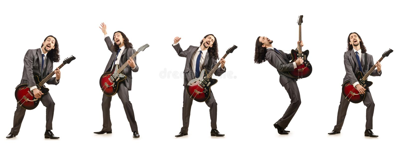 Смешной гитарист изолированный на белизне стоковые фотографии rf