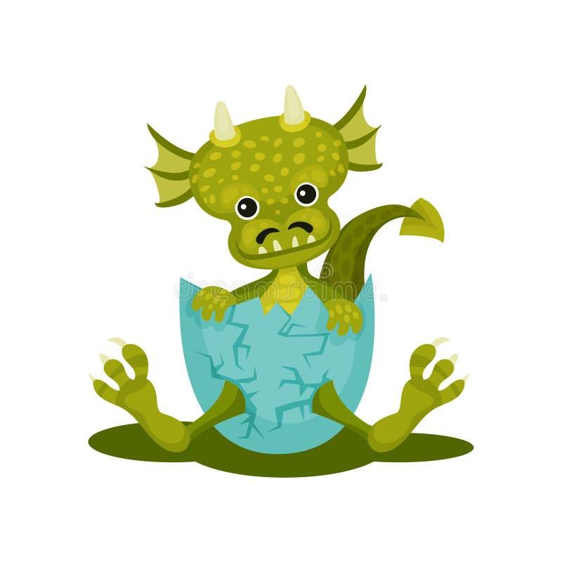 Смешной дракон младенца в голубой сломленной раковине яйца Зеленое мифическое чудовище с милым намордником Плоский значок вектора иллюстрация штока