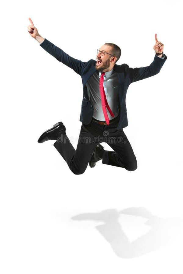 Смешной жизнерадостный бизнесмен скача в воздух над белой предпосылкой стоковые фотографии rf