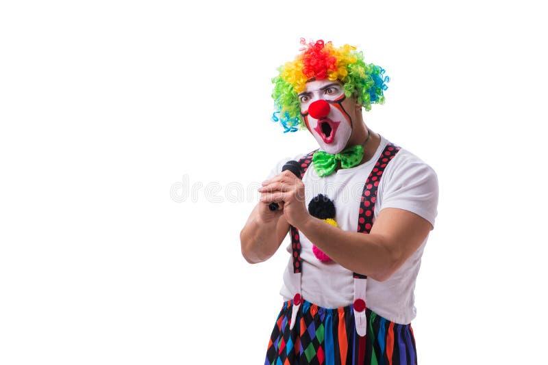 Смешной клоун с караоке петь микрофона изолированный на белизне стоковое изображение