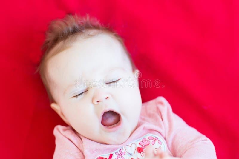 Смешной курчавый ребёнок зевая стоковые фотографии rf