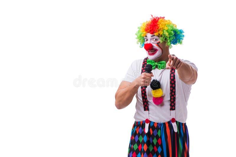 Смешной клоун с караоке петь микрофона изолированный на белизне стоковое фото