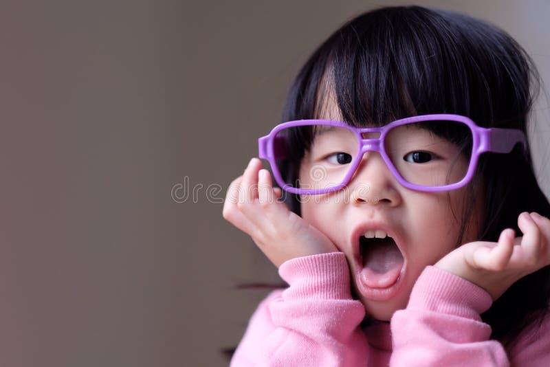 Смешной маленький ребенок с большими фиолетовыми стеклами стоковые изображения rf