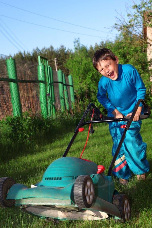 Смешной малыш lawnmore стоковые фото