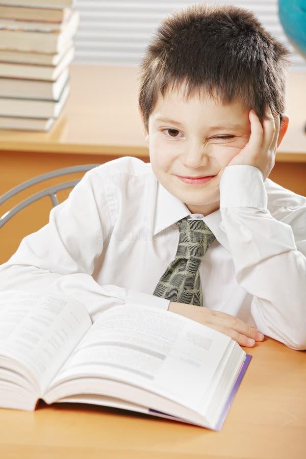 Смешной мальчик на столе стоковые изображения