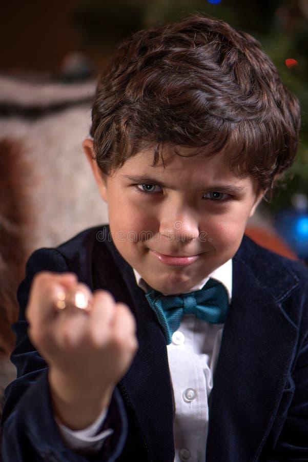 Смешной мальчик угрожает с кулаками и усмехаться стоковые фотографии rf