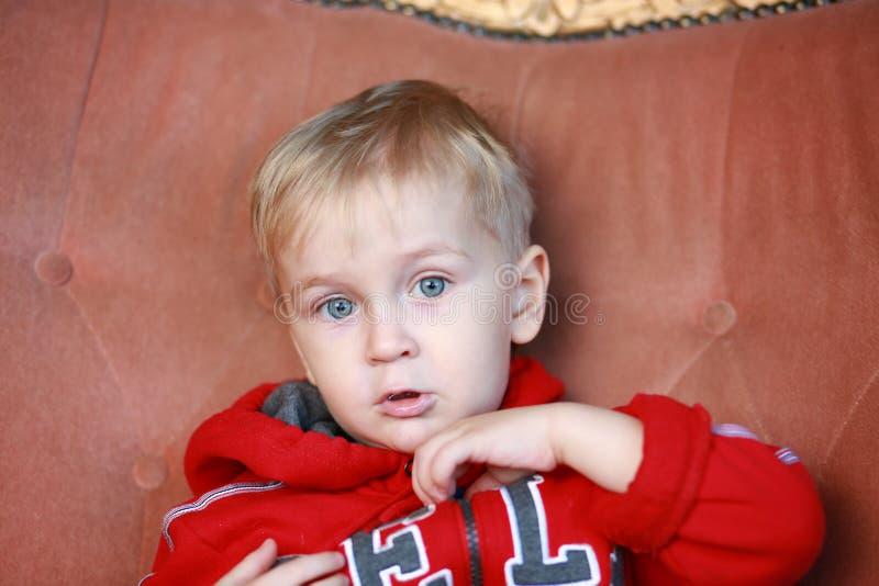 Смешной мальчик в красном hoodie стоковая фотография