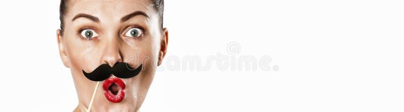 Смешной, молодой, женщина, бумажный усик, усик на ручке, emotio стоковое изображение rf