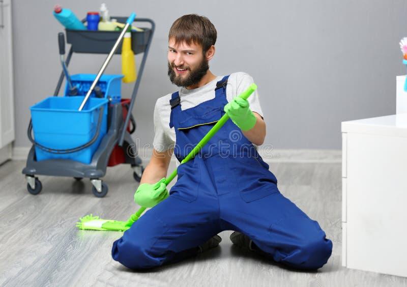 Смешной молодой человек с mop в офисе стоковое изображение rf