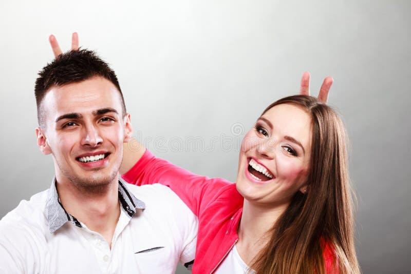Смешной молодой портрет пар на сером цвете стоковая фотография