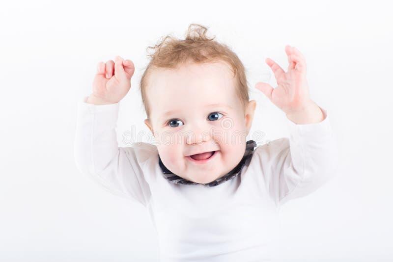 Смешной младенец с ее руками в воздухе стоковые фото