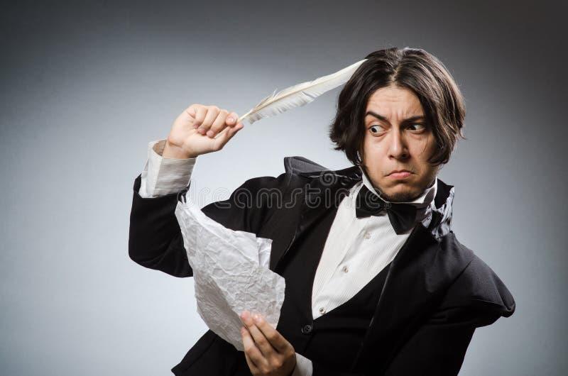 Смешной писатель с quill в винтажной концепции стоковая фотография