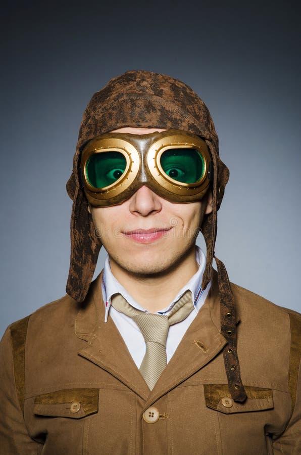 Смешной пилот с изумлёнными взглядами стоковое изображение
