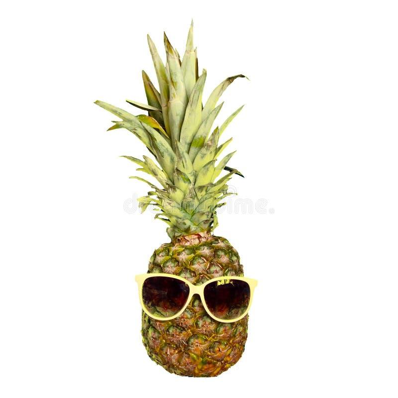 Смешной плод ананаса в солнечных очках изолированных на белизне стоковое фото