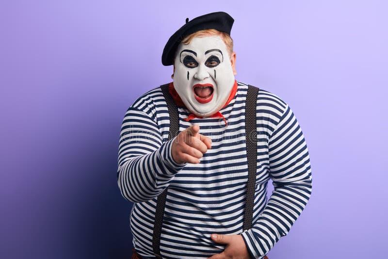 Смешной показ клоуна с указательным пальцем к камере стоковое изображение