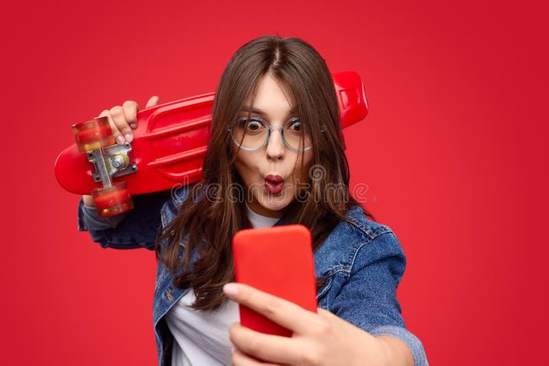 Смешной полный хипстер принимая selfie с longboard стоковая фотография